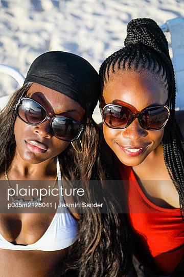 Freundinnen am Strand - p045m2128041 von Jasmin Sander