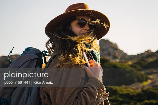 Italy, Sardinia, portrait of woman on a hiking trip - p300m1581441 von Kike Arnaiz