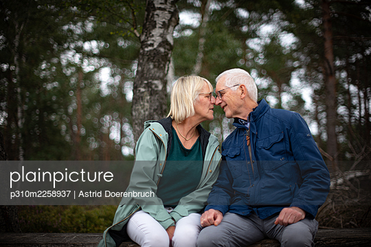 Couple on a bench - p310m2258937 by Astrid Doerenbruch