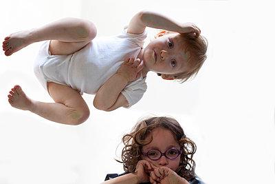 Kleine Kinder von unten - p4451256 von Marie Docher