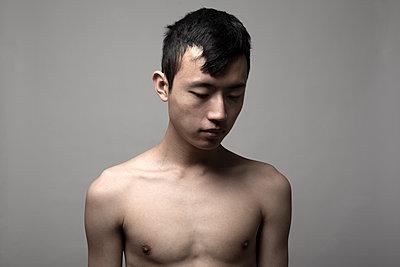 Junger Mann in Studio - p975m2141287 von Hayden Verry