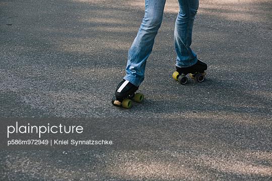 Beine einer jungen Frau auf Rollschuhen - p586m972949 von Kniel Synnatzschke