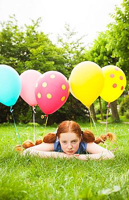 mit Luftballons im Haar ausruhen - p045m1466979 von Jasmin Sander