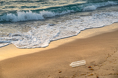 USA, Florida, Boca Raton, Plastic bottle on beach - p1427m2283087 by Tom Grill