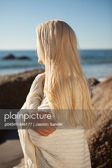Frau nachdenklich an Küste - p045m1446177 von Jasmin Sander