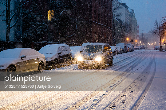 Auto fährt bei Neuschnee  - p1325m1525768 von Antje Solveig
