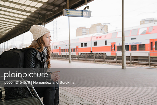 Young woman with backpack waiting on platform, Vilnius, Lithuania - p300m2154576 by Hernandez and Sorokina