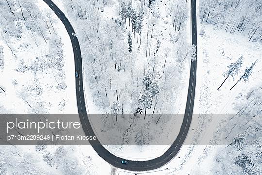 Curvy road in winter - p713m2289249 by Florian Kresse