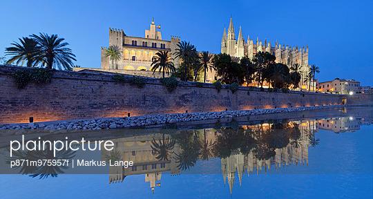 Cathedral of Santa Maria of Palma (La Seu) and Almudaina Palace at Parc de la Mar, Palma de Mallorca, Majorca (Mallorca), Balearic Islands, Spain, Mediterranean, Europe - p871m975957f by Markus Lange