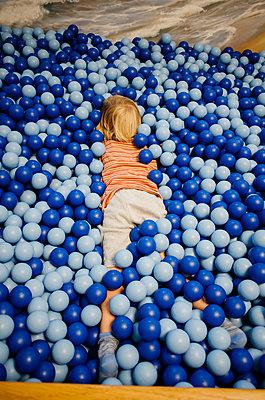 Kleiner Junge taucht im Bällebad - p118m2158410 von Daniel Sadrowski