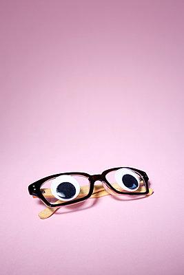 Brille mit Glubschaugen - p237m2065191 von Thordis Rüggeberg