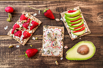 Three crispbreads with different toppings - p300m1140997 by Sandra Roesch