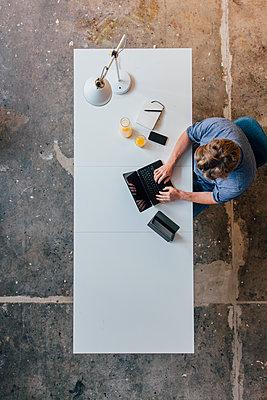 Man working at desk - p300m1535568 by Joseffson