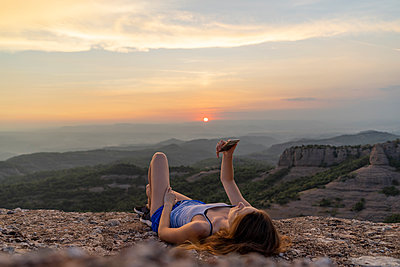 Spain, Catalonia, Sant Llorenc del Munt i l'Obac, woman taking pictures in the mountains with her smartphone - p300m2028690 von VITTA GALLERY