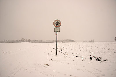 Snow covered landscape with traffic sign at field path - p300m885201f by Walter G. Allgöwer