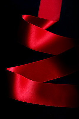Rotes Band auf schwarzem Hintergrund - p450m1513083 von Hanka Steidle