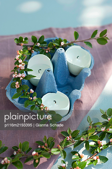 Kerzen in Eierschalen - p116m2193395 von Gianna Schade