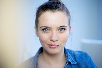 Portrait einer jungen Frau - p1212m1526238 von harry + lidy