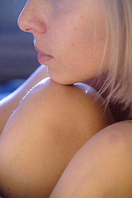 Sitzende nackte Frau - p1363m2054116 von Valery Skurydin