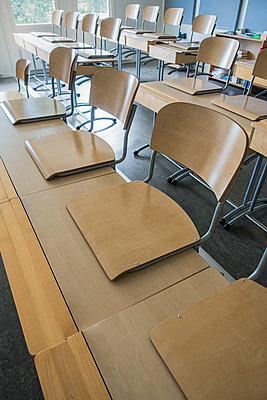 Empty desks in classroom - p1418m1476986 by Jan Håkan Dahlström
