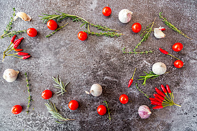 Ingredients of tomato sauce on stone - p300m1191894 by Sandra Roesch
