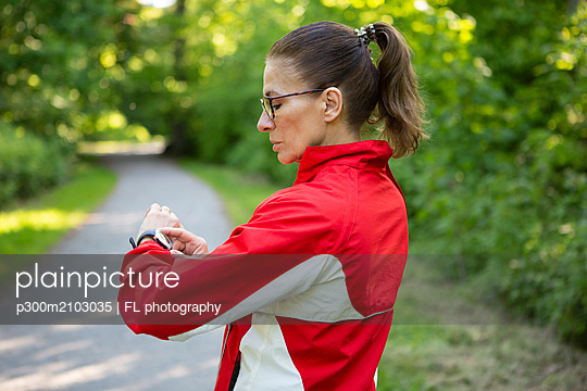 Female mature jogger in the forest - p300m2103035 by FL photography