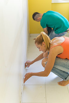 Couple preparing room at new home for renovation - p300m2041845 by Francesco Buttitta