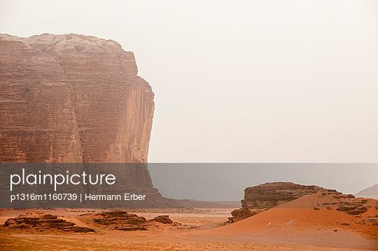 Felsenwand im Morgenlicht, Wadi Rum, Jordanien, Naher Osten - p1316m1160739 von Hermann Erber
