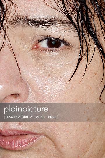 Close-up of a big woman with a wet face  - p1540m2100913 by Marie Tercafs