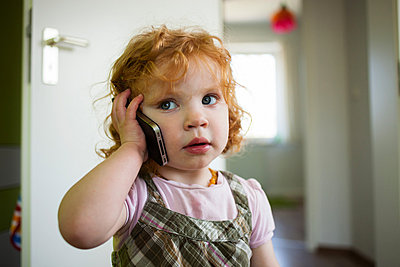 Little girl with smart phone - p586m879753 by Kniel Synnatzschke