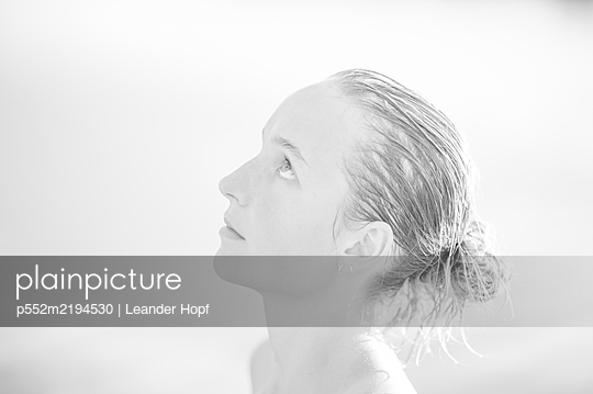 Portrait of young woman with wet hair, profile view - p552m2194530 by Leander Hopf