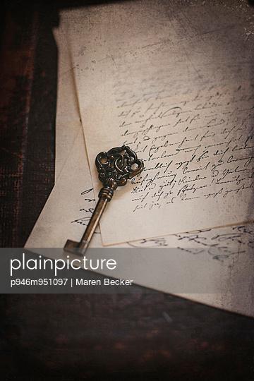 Schlüssel auf einem Stapel alter Briefe - p946m951097 von Maren Becker