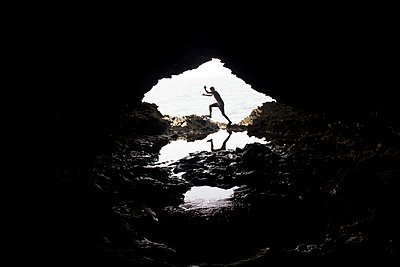 Man jumping in a cove in Barbados - p1166m2096083 by Cavan Images