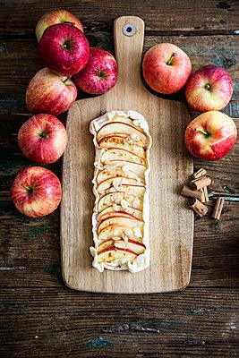 Preparing Apple Pie - p300m2041935 by Giorgio Fochesato