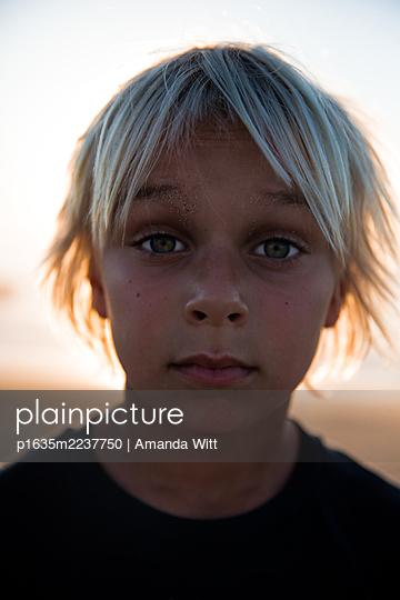 Boy in backlit, portrait - p1635m2237750 by Amanda Witt