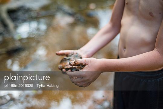 Junge mit schmutzigem Händen - p1169m2016028 von Tytia Habing