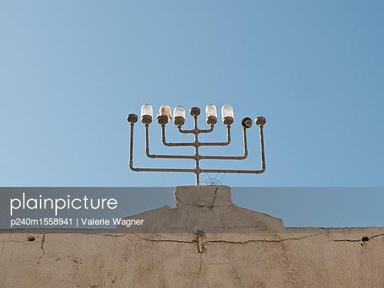 plainpicture - plainpicture p240m1558941 - Building with menorah - plainpicture/Valerie Wagner