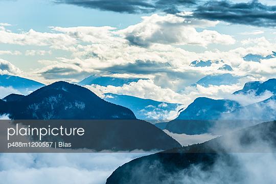 Wolkenberge - p488m1200557 von Bias
