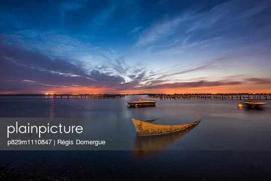 Boote auf dem See in der Abendsonne - p829m1110847 von Régis Domergue