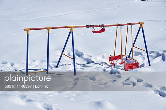 Schaukel in verschneiter Landschaft - p851m1148597 von Lohfink