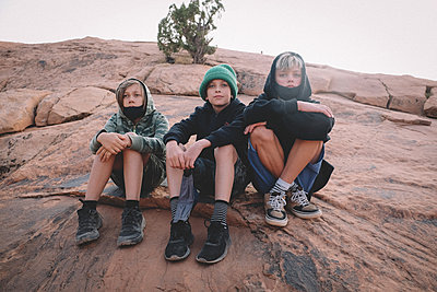 Three Young Boys on a Hike in the Desert during Covid - p1166m2246418 by Cavan Images