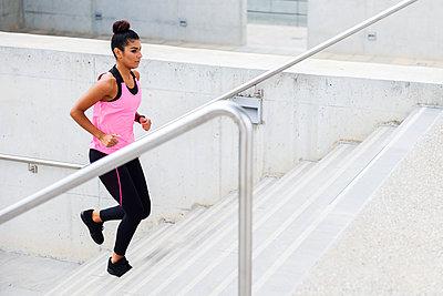 Young woman running up stairs - p300m2060846 von Javier Sánchez Mingorance