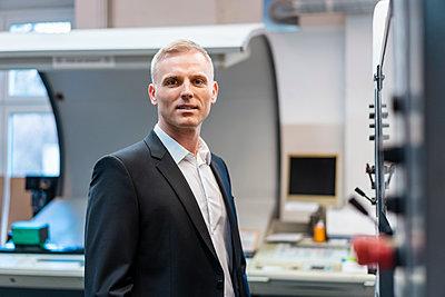 Portrait of a confident businessman in a factory - p300m2160224 by Daniel Ingold
