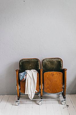 Two cinema seats with rolls - p586m1178747 by Kniel Synnatzschke