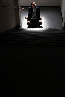 Sitzstreik im dunklen Treppenhaus - p906m709959 von Wassily Zittel