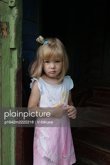 Toddler girl with blond hair wearing a crown - p1642m2222218 by V-fokuse