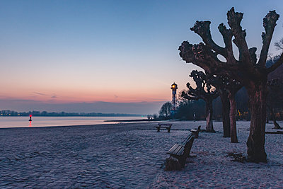 Germany, Hamburg, Wittenbergen, Elbe beach with lighthouse in the evening light - p300m1568127 von Kerstin Bittner