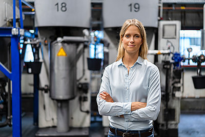 Female professional standing with arms crossed at industry - p300m2298908 by Daniel Ingold