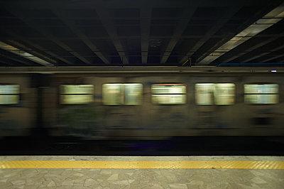 Zug bei Nacht - p556m2187886 von Wehner