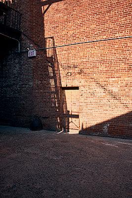 Feuertreppe und Backsteinmauer in New York City - p913m2134286 von LPF